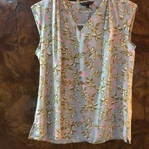 Banana Rep sleeveless floral blouse Sz small